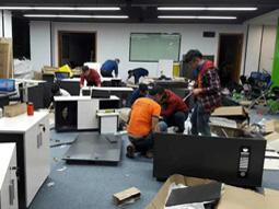 工人在拆装办公家具