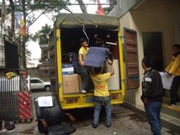 员工在搬物品装车
