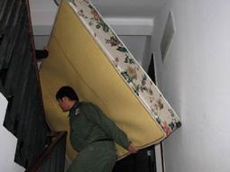 工人徒手背1.8米床垫