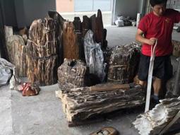 工人背大件根雕物品