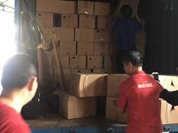 工人们在整齐的装货